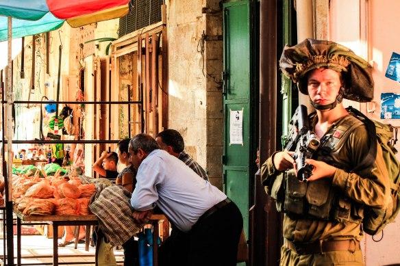 ©PAEPI/Renan Leme - Soldado Israelense no mercado palestino na Cidade Velha de Hebron