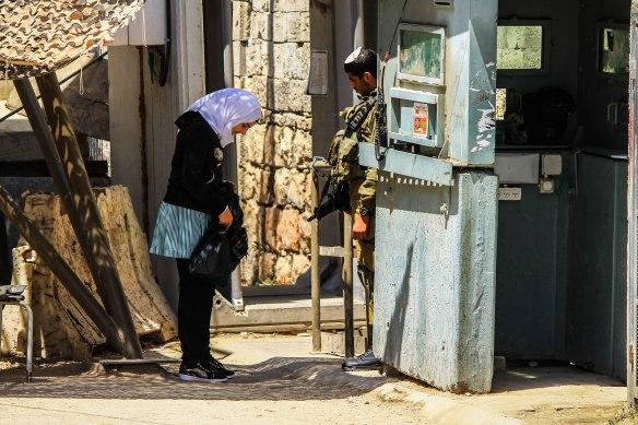 ©PAEPI/Renan Leme - Menina palestina é revistada por soldado israelense em CheckPoint em Hebron