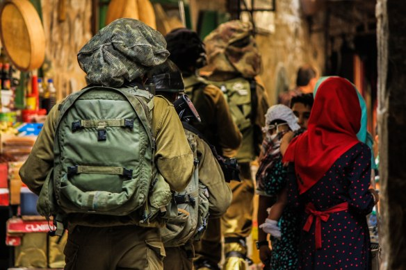 ©PAEPI/Renan Leme - Soldados Israelenses e Mulheres palestinas na Cidade Velha de Hebron
