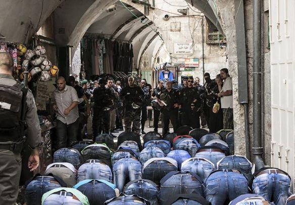 Na Cidade Velha, fieis oram do lado de fora da Mesquita após dias seguidos de restrições de movimento por militares. @EAPPI/E. Aldenberg