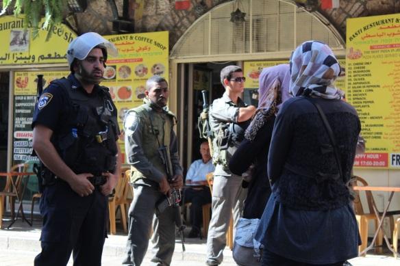 Palestinos são proibidos de circular na Cidade Velha e são posteriormente evacuados. ©EAPPI/Michelle Julianne