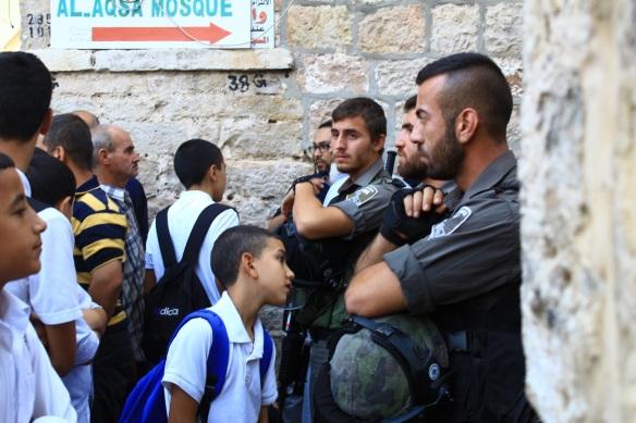 Estudantes entre 6-15 anos sofrem corriqueiramente restrições de acesso à educação pelos militares em Jerusalém. ©EAPPI/Michelle Julianne