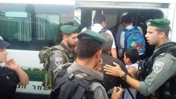 Crianças palestinas sendo detidas na frente da escola pela força militar. ©EAPPI/Michelle Julianne