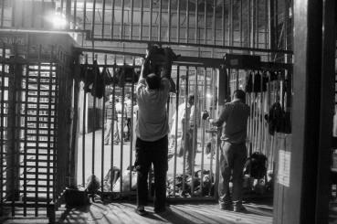 homens-aguardando-passar-pelo-checkpoint-de-qalandia