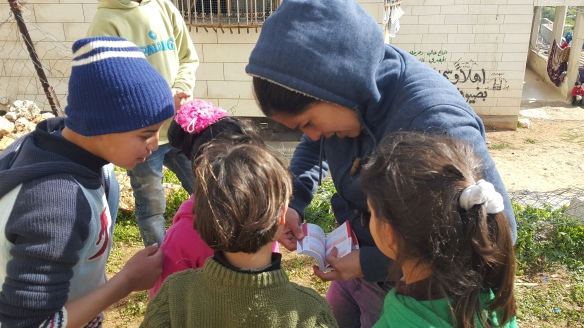30.1.2016 WadAlHussein Hebron, EA and kids reading the dictionarey. EAPPI-F. Barreto - Cópia
